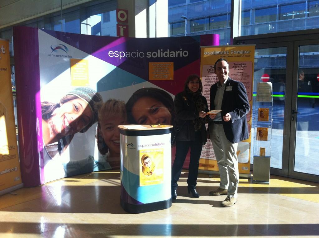 """La gerent d ela Fundació Infància i Família, Anna Suñer, amb un responsable d'AENA en la presentació de l'""""espai solidari"""" de l'Aeroport Girona - Costa Brava cedit a l'entitat"""