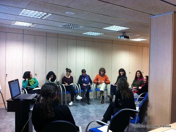 Un instant d'una de les sessions formatives per a famílies acollidores. Imatge: Fundació Infància i Família